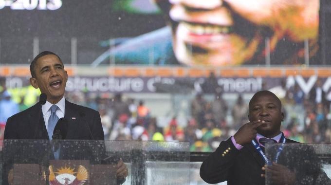Foto del falso traduttore sordi all'omaggio di Mandela
